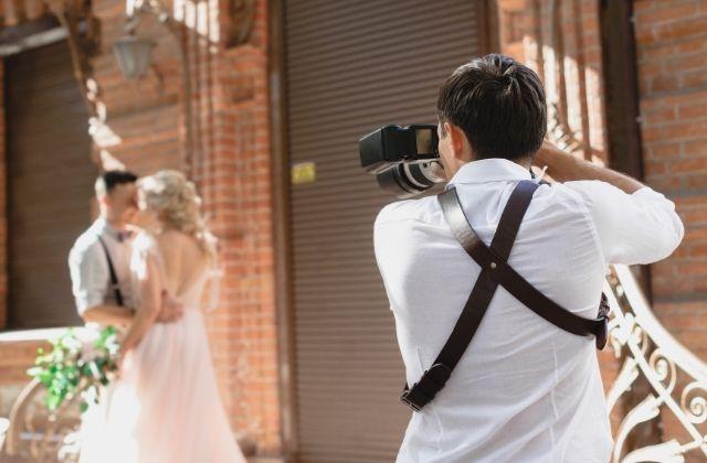 Fotograf enroute podczas sesji ślubnej