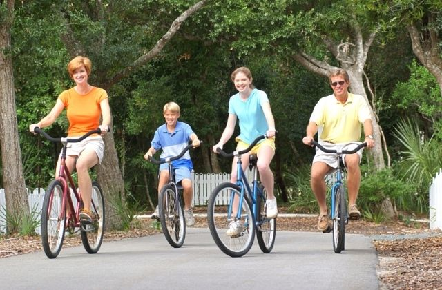 Rodzina na trasie rowerwoej Velo Dunajec